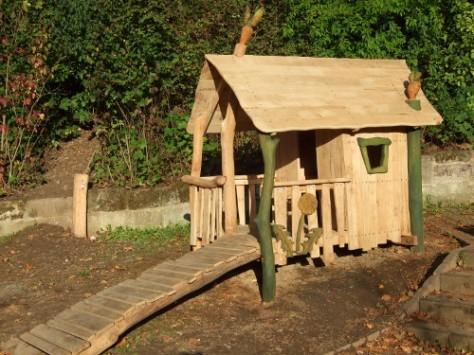 Spielhaus mit Steg